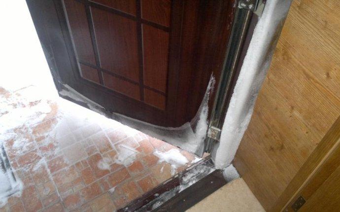 Почему промерзает входная металлическая дверь и что делать