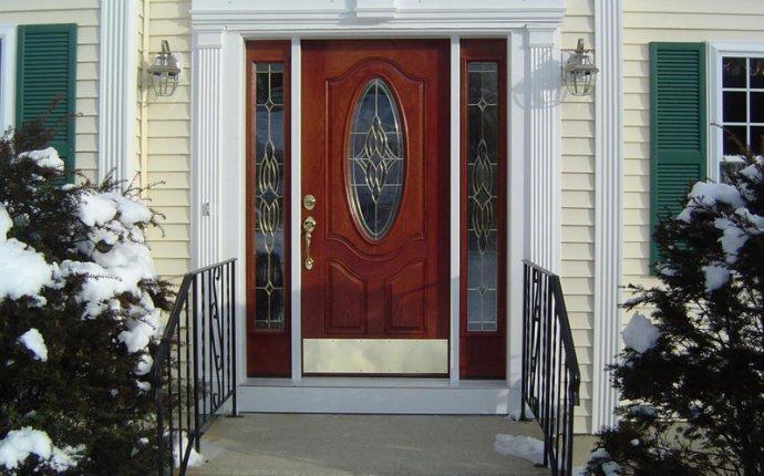 Варианты входной двери в коттедж: обзор