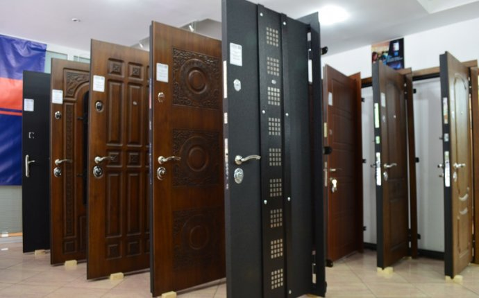 Входная металлическая дверь с установкой в ореховое