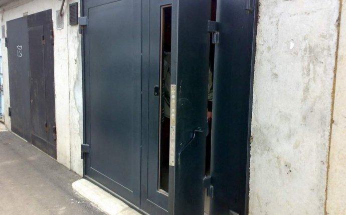 Входные белые двери с окном сверху